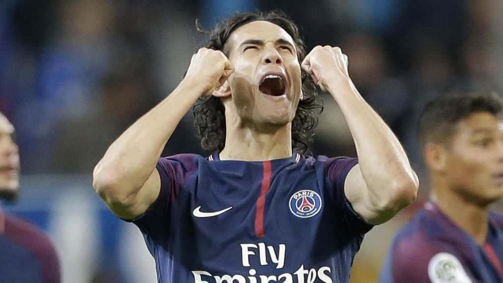 Manchester United signs Cavani